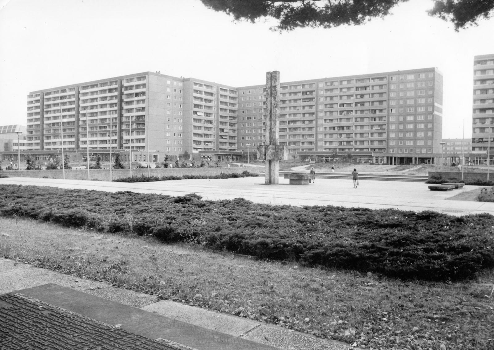 Blick über das Ehrenhain in das Stadtzentrum zu den Elfstöckigen Wohnhäusern, die es so heute nicht mehr gibt