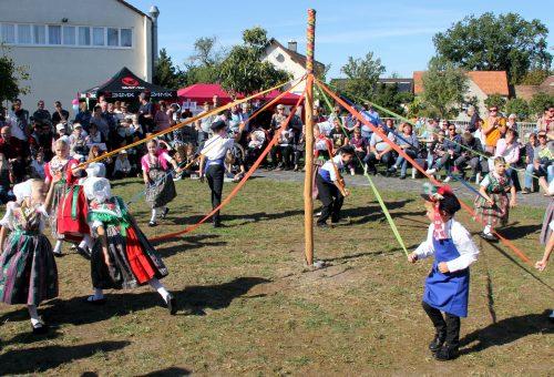 Hoffest2019-Sorbischer Kinderverein beim Bändertanz