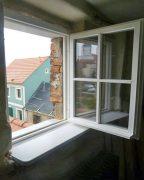 Detailansicht von einem der beiden neuen Giebelfenster im Haus Lange Straße 1: Die Fenster sind aus Lärchenholz gefertigt.