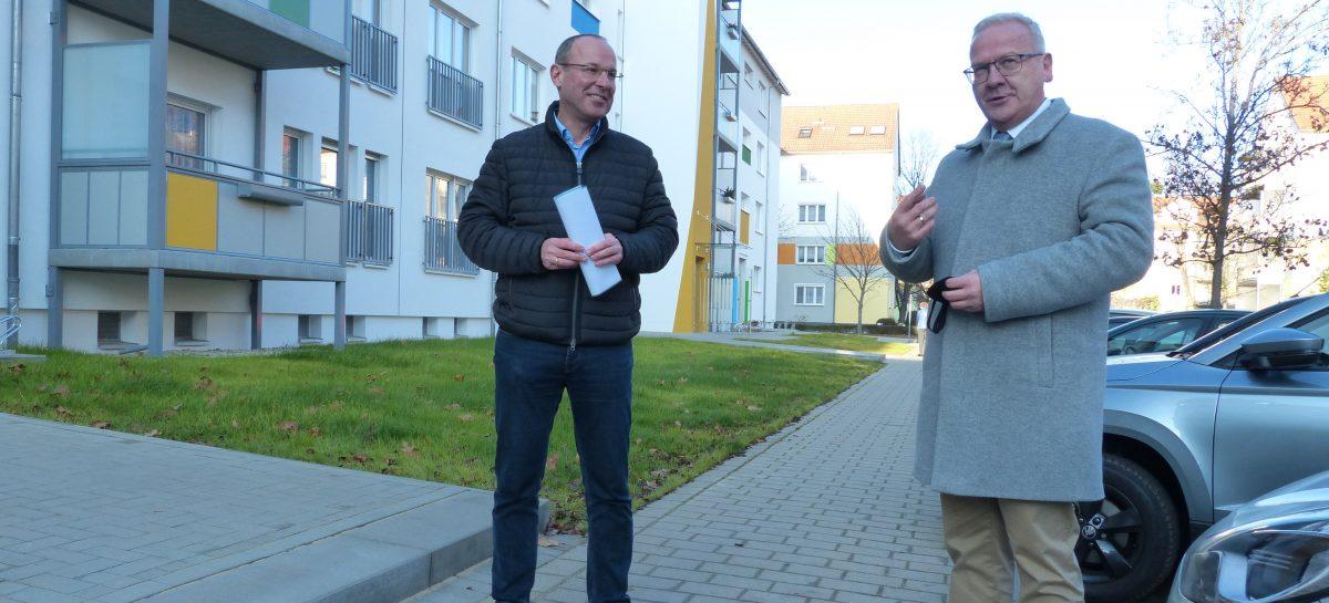 Steffen Markgraf und Torsten Ruban-Zeh vor dem modernisierten Wohnhaus
