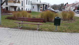 Mehrere neue Papierkörbe wurden im Rahmen des Bürgerhaushaltes 2020 gewünscht. Im November 2020 waren die insgesamt 21 Müllkörbe aufgestellt. Neben dem abgebildeten Standort am 5-armigen-Knoten, stehen sie z.B. in den Parks am Ehrenhain/ M.-L.-King-Haus und Alte Berliner Straße, im FKO oder vor der Lindenschule.