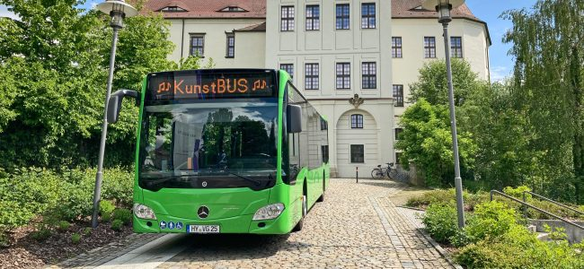 Kunstbus 2021 vor dem Schloss