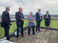 Steffen Markgraf und Helga Nickich mit den Gästen auf dem Lausitztower.