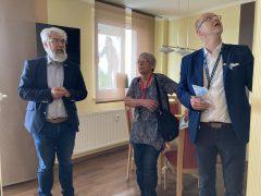 Axel Fietzek präsentiert die grundrissveränderte Gästewohnung.