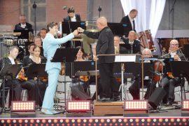 Stargast Charlie Siem und MDR-Chefdirigent Dennis Russell Davies