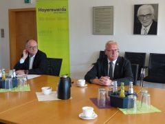 Roland Dantz (Oberbürgermeister von Kamenz) und Torsten Ruban-Zeh (Oberbürgermeister von Hoyerswerda) im Gespräch mit Vertretern der Presse