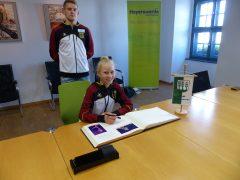 Pia Schütze trägt sich ins Goldene Buch ein.
