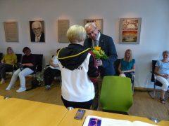 Der Oberbürgermeister überreicht ein Präsent an die Trainerin Anna Matyskina.