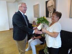 Karin Fünfstück, Abteilungsleiterin der Sportakrobatik, erhält ein Präsent.