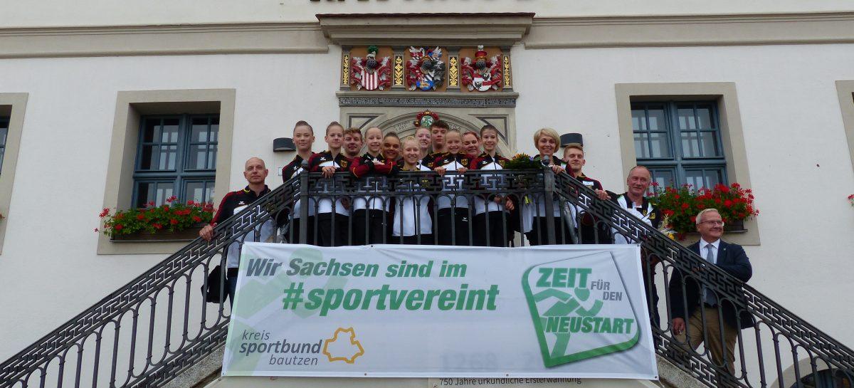 Gruppenfoto auf der Rathaustreppe