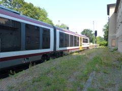 Nach etwa einer Minute Haltezeit fährt die Seenlandbahn ab gen Senftenberg.